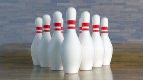 Bowlingspielstifte, weiß mit den roten Streifen ausgerichtet, um Schlag zu erhalten durch eine Bowlingkugel Lizenzfreies Stockbild