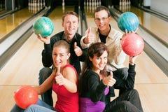 bowlingvänner tillsammans Arkivbilder