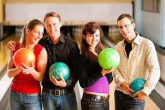 bowlingvänner tillsammans Royaltyfri Bild