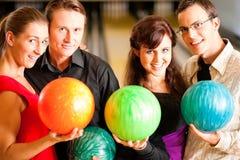 bowlingvänner tillsammans Arkivfoton