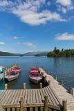 Bowness em Windermere Cumbria Reino Unido com os barcos de motor do prazer e o molhe Fotos de Stock