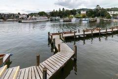 BOWNESS NA WINDERMERE, jezioro DISTRICT/ENGLAND - SIERPIEŃ 20: Łodzie Obrazy Royalty Free