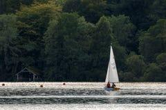 BOWNESS NA WINDERMERE, jezioro DISTRICT/ENGLAND - SIERPIEŃ 20: Peopl Obraz Royalty Free