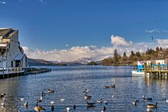 Bowness-sur-Windermere avec Fairfield sur l'horizon Photos stock