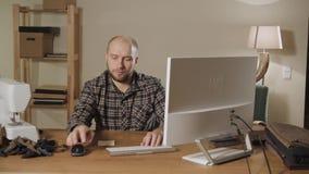 Bowtie de la tienda de Internet del concepto El hombre joven comprueba el correo y órdenes metrajes