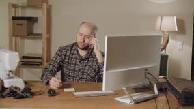 Bowtie de la tienda de Internet del concepto El hombre joven comprueba el correo y órdenes almacen de metraje de vídeo