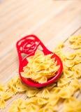 Bowtie Pasta på rött speen vilar Royaltyfria Foton