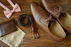 Bowtie, sapatas de couro do marrom, quadrado do bolso Imagens de Stock