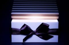box öppnad inre lampa för gåvan Arkivfoton