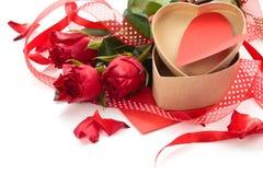 box daggåvaflickvännen som ger hans man rött s till valentinbarn Fotografering för Bildbyråer
