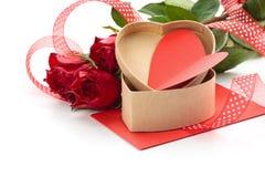 box daggåvaflickvännen som ger hans man rött s till valentinbarn Arkivfoton