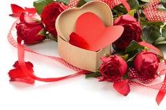 box daggåvaflickvännen som ger hans man rött s till valentinbarn Royaltyfria Bilder