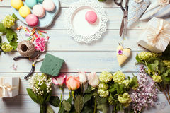 Box with flowers and macaroons Royalty Free Stock Photos