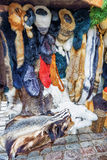Box met dierlijke huidproducten bij de Kerstmismarkt van Riga Stock Fotografie