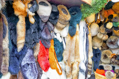 Box met dierlijke huidproducten bij Kerstmismarkt van Riga Royalty-vrije Stock Afbeeldingen