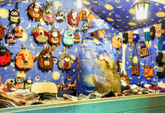 Box met diverse feestelijke herinneringen bij Vilnius-Kerstmismarkt Stock Afbeelding