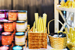 Box met kaarsen bij de Vilnius-Kerstmismarkt stock foto