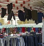 Box met kleding bij een openlucht commerciële markt Stock Afbeelding