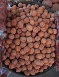 Box met okkernoot op de straatmarkt in Ahmedabad Stock Fotografie