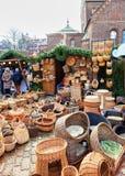 Box met verschillende rieten manden bij de Kerstmismarkt van Riga Stock Fotografie