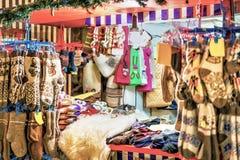 Box met wollen kleren bij de Kerstmismarkt van Riga Stock Fotografie