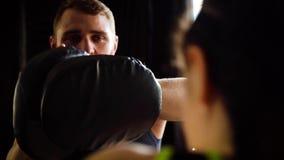 Boxare för passform för utbildning för lagledare för Closeupståendeboxning vit kvinnlig på idrottshallen i ultrarapid lager videofilmer