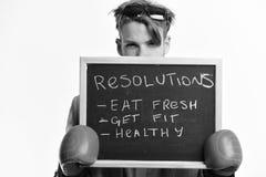 Boxare i formell dräkt med knepig sikt Äta nytt, få passformen och hälsa Man i boxninghandskar Arkivbild