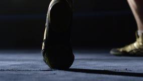Boxare som gör övningsben Uttålighetutbildning för en boxare, ser du endast foten Arkivfoto