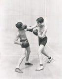 Boxare som kastar en höger krok Royaltyfri Bild