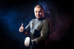 Boxare som poserar på svart Royaltyfria Bilder