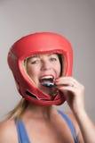 Boxare som sätter in en gummisköld in i munnen arkivbild