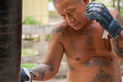 Boxare som slår sandsäcken Arkivfoton