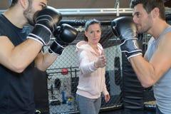 2 boxare som väntar på den kvinnliga lagledaren att starta kamp Royaltyfri Fotografi