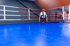 Boxare som vilar i boxningsring Arkivfoto