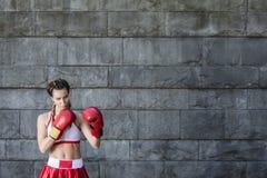 Boxarekvinna i en sportswear Royaltyfri Foto