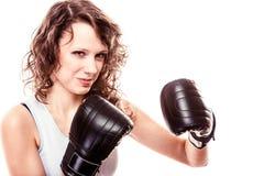 Boxarekvinna i handskar som utbildar sparkboxning. Royaltyfri Bild