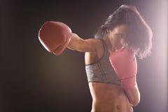 Boxarekvinna med röda boxninghandskar på Royaltyfri Foto