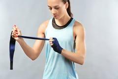 Boxarekvinna som applicerar handledsjalar Arkivfoto