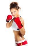 Boxarekvinna under boxningövning i försvarposition med rött Royaltyfria Foton