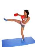 Boxarekvinnan under boxning övar Fotografering för Bildbyråer