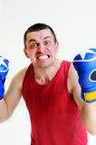 Boxareman med boxninghandskar Ung stilig manlig idrottsman nen med boxninghandskar, boxare som utarbetar, konditionstudioskott On Fotografering för Bildbyråer