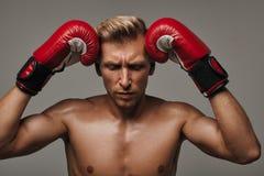 Boxareman som förbereder sig att slåss royaltyfria bilder