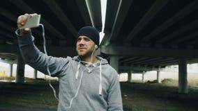 Boxareman som har video pratstund på smartphonen med vänner efter genomkörare på stads- läge utomhus i vinter stock video