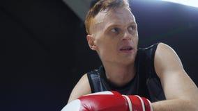 Boxaren har att vila konkurrens för sporten för idrottshallcirkeldrevet stock video