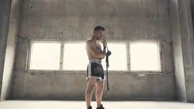 Boxaren sätter förbinder på arkivfilmer
