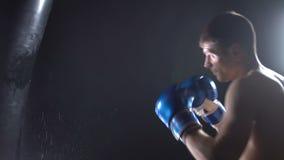 Boxaren slår boxarepäronet arkivfilmer