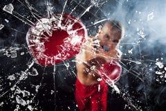 Boxaren som krossar ett exponeringsglas Fotografering för Bildbyråer