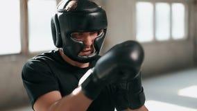 Boxaren utarbetar i maskering lager videofilmer
