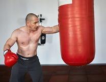 Boxareutbildning i en idrottshall Arkivbild