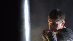 Boxareutbildning i idrottshallen lager videofilmer